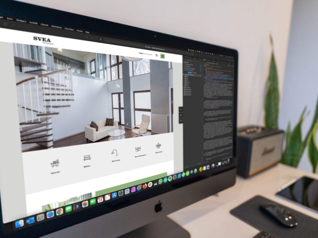 Närbild av en datorskärm som visar en hemsida på del av skärmen och ett fönster med hemsidans webbkod på högerdelen av skärmen. Ett exempel på hur man arbetar med detaljerna i webbutveckling