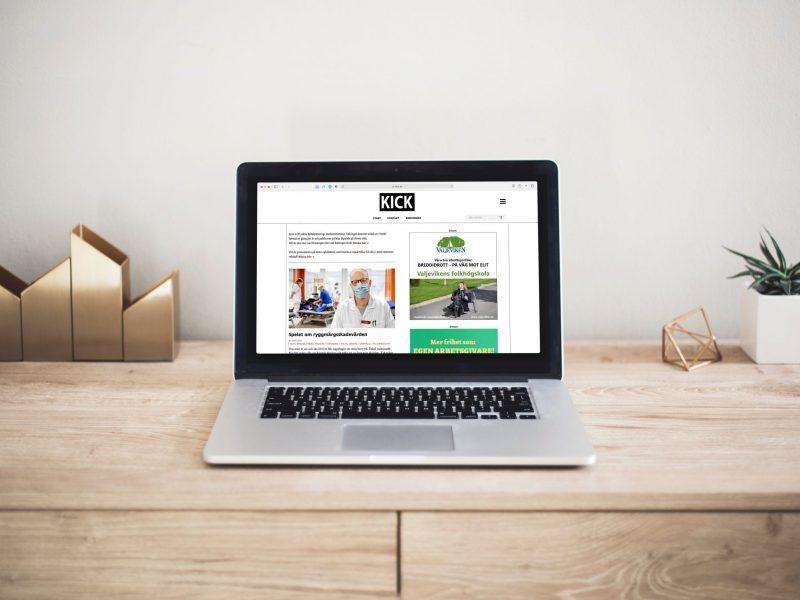 Bärbar dator med hemsida på skärmen