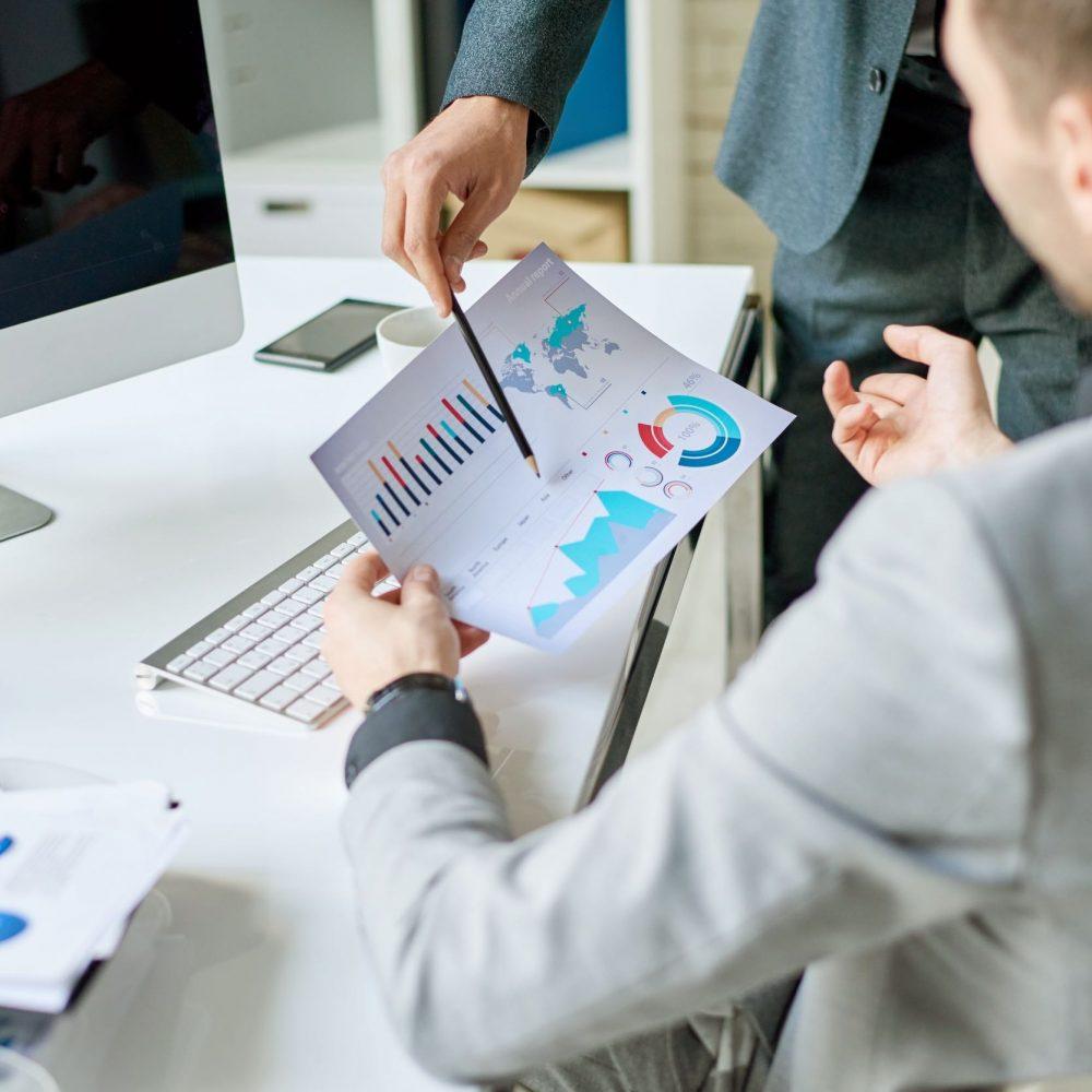 Två personer diskuterar strategi för marknadsföring online